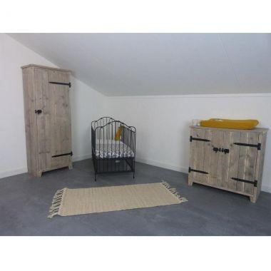 Babykamer met ijzeren ledikantje